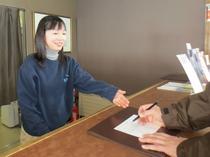 スキー場に到着したら、ロッジフロントにお立ち寄りください。リフト引換券をお渡しします。営業時間9時~