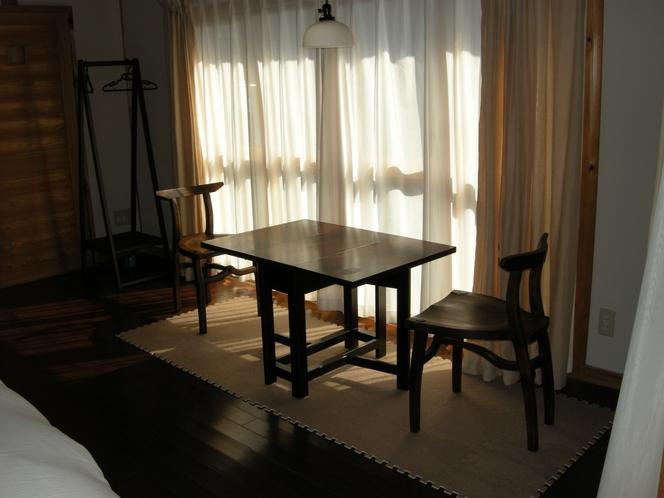 アンティークの机と琉球松の椅子