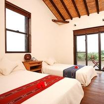 *【屋外ジャグジー付きツイン一例】全3室(22平米)、全て異なる造りでウッディな雰囲気が漂います。