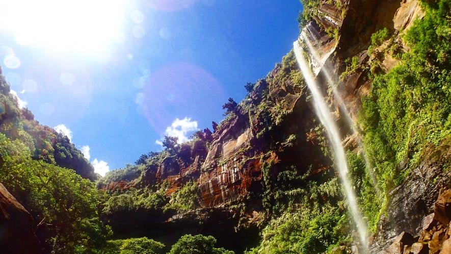 *天気が良く、気温が高い日は滝つぼで泳ぐことができます。