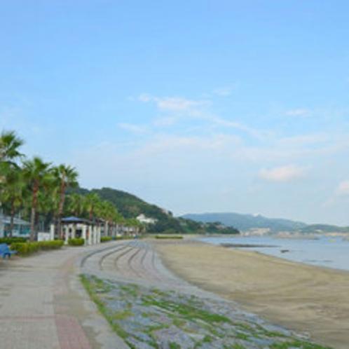 ビーチへはホテルから徒歩約5分!海岸沿いの散策などお楽しみください