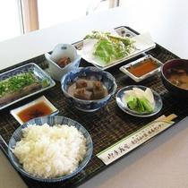 【夕食一例:山の家定食】地元産の旬の山の幸を使っております