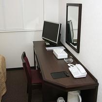 LANケーブルは机上から接続可能です。 コンセントも2口あります。