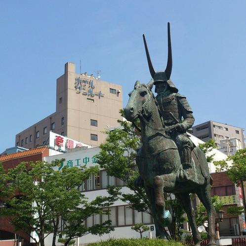 井伊直政像とホテル全景(JR彦根駅西口)