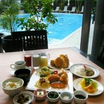 プールを眺めながら朝食を・・・