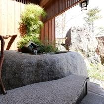 大きな岩をくり抜いた浴槽で、爽やかな風と最高の景色をお楽しみください