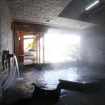 湯けむり漂う岩風呂、窓からの眺めをお楽しみください!