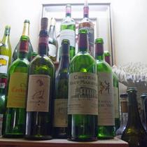 *【ワインボトルの展示(一例)】コレクションの貴重な品々を展示しております
