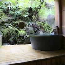 露天付客室「大室」の壺風呂