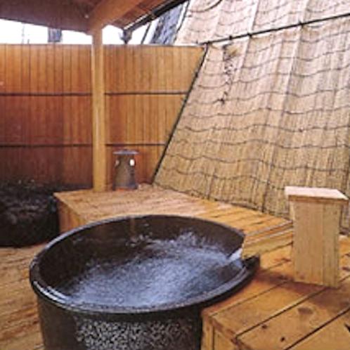 露天付客室「小室」の壺風呂は天然温泉100%かけ流しです。