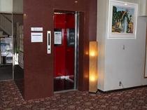 本館はこのエレベーターで移動いただけます。天花亭へはエレベーターで2階へ、そのまま中庭をお通りいただ