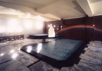 地下一階にある大理石風呂ヴィーナスの湯は、当時台湾から大理石を輸入してつくりました。源泉100%です
