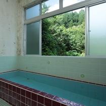 【男性浴室】窓の外には、片品村の豊かな自然が広がります