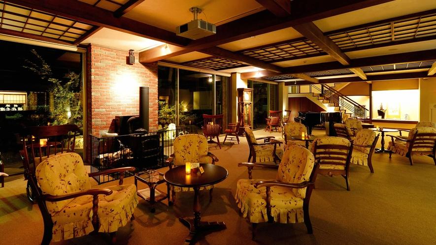 ・ロビー:大きな古時計や暖炉、グランドピアノが重厚感のある雰囲気を演出