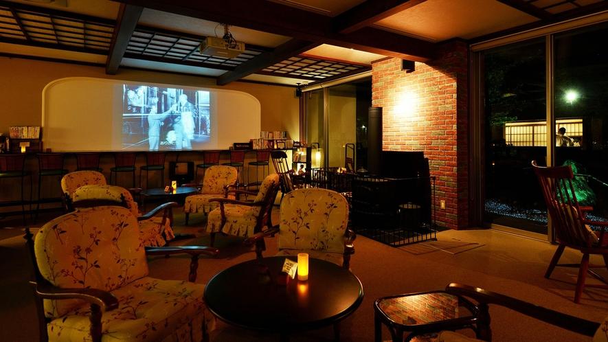ロビーでは夜に名作映画を上映しております