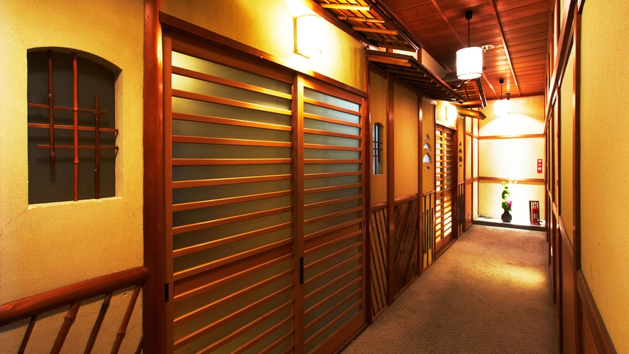 ・数寄屋風客室廊下:板張り天井や土壁など老舗旅館らしい雰囲気