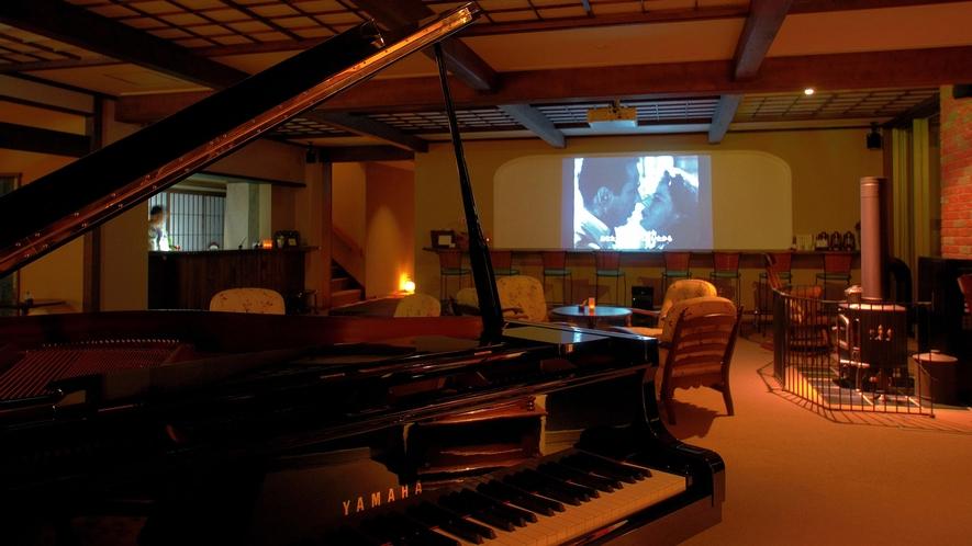 ・ロビーでは夜に名作映画を上映しております