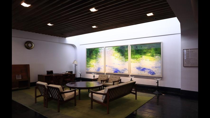 ホテルロビーの絵画