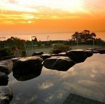 露天風呂より夕陽を望む