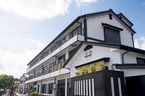 外観  石山寺まで車で約7分。瀬田川の四季を彩る憩いの宿でございます。