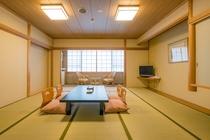 【本館和室】 南向きの明るくて広めの和室(12.5畳)落ちついた和室