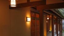 *東館は一つの建物に1階3部屋・2階3部屋が並ぶ。いずれも個別の入口から入るスタイル