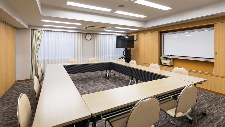会議室「ソレイユA(40㎡)」最大収容人数 ロの字形式18名様 スクール形式21名様