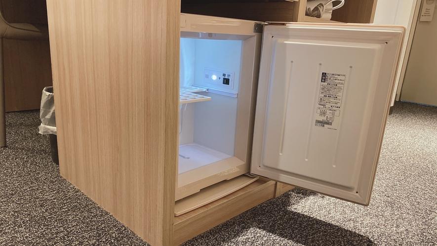 客室には冷蔵庫(空)がございます。