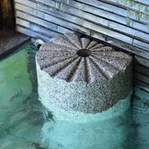 遠く奈良時代より現在へ。敷地内の源泉から滾々と湧き出る毎分 29.3リットルの豊富な湯量。
