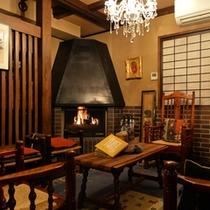 ロビー〜館主の部屋。松本民芸家具とシャンデリア、アンティークソファーとマッキントッシュ。