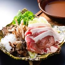 猪鍋〜すぎもと流 赤味噌出汁で煮込んで、冬の味覚。猪と冬の野菜をたっぷりとお楽しみ下さい。