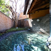 ○殿湯(朝)お月見池 青石を敷き詰めた露天風呂