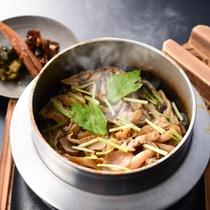 キノコの釜めし 安曇野のコシヒカリを使用した釜めしです。カリッとしたオコゲの食感もお楽しみ頂けます。