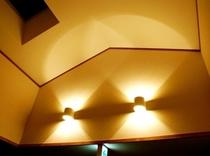 階段上のダウンライトと天窓
