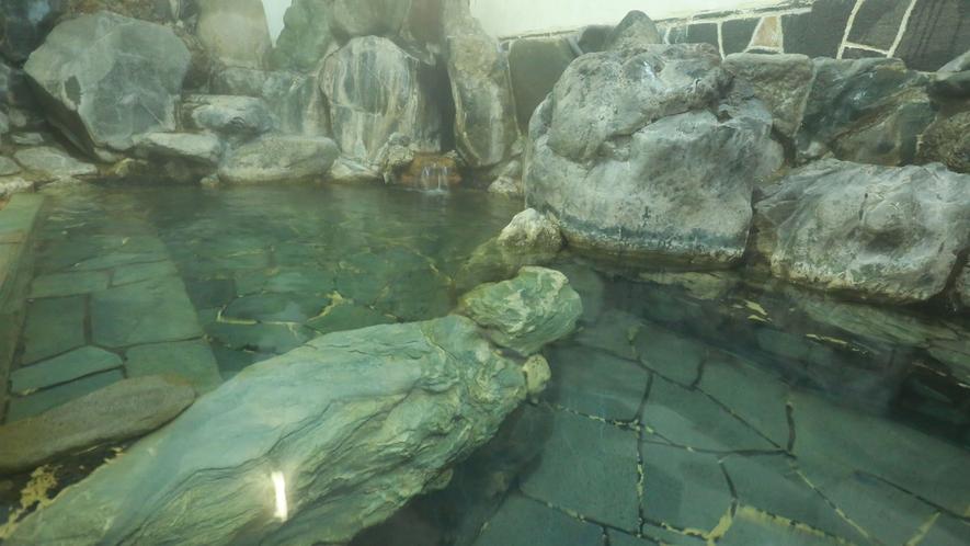 【岩風呂】本館にある混浴風呂。女性専用の時間帯もございます。