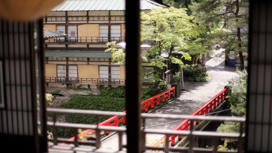 【本館】お食事処&休憩場所「イ-8通り」から望む慶雲橋