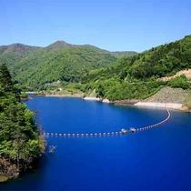 【四万川ダム(奥四万湖)】四万ブルーと称される美しい湖