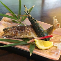 【岩魚の塩焼】新鮮な岩魚をふっくらと焼き上げ塩のみで味付けをし、素材の旨みを引き出しました