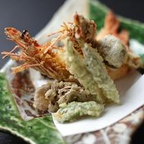 【大海老の天婦羅】大海老の旨味とサクッとした食感をお楽しみいただけます。