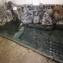 【岩風呂】本館にある混浴風呂。女性専用の時間帯もございます