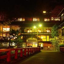 【本館/夜景】夜の積善館も四万温泉人気のフォトスポット
