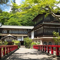 【本館/外観】積善館本館・赤い橋は四万温泉の人気フォトスポット