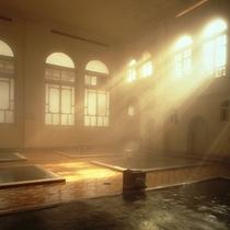 【元禄の湯】昭和4年建造・国の登録文化財。源泉100%かけ流しの湯