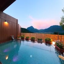 雄大な由布岳に包まれながら浸かる温泉は格別❤泉質もしっとり・もっちり・うるおい効果高く男女共に好評