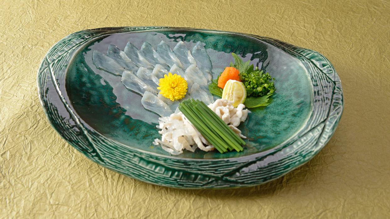 *【夕食一例】下関ふく会席/ふくお造り。コリコリとした食感。噛めば噛むほど甘みと旨みが広がる。
