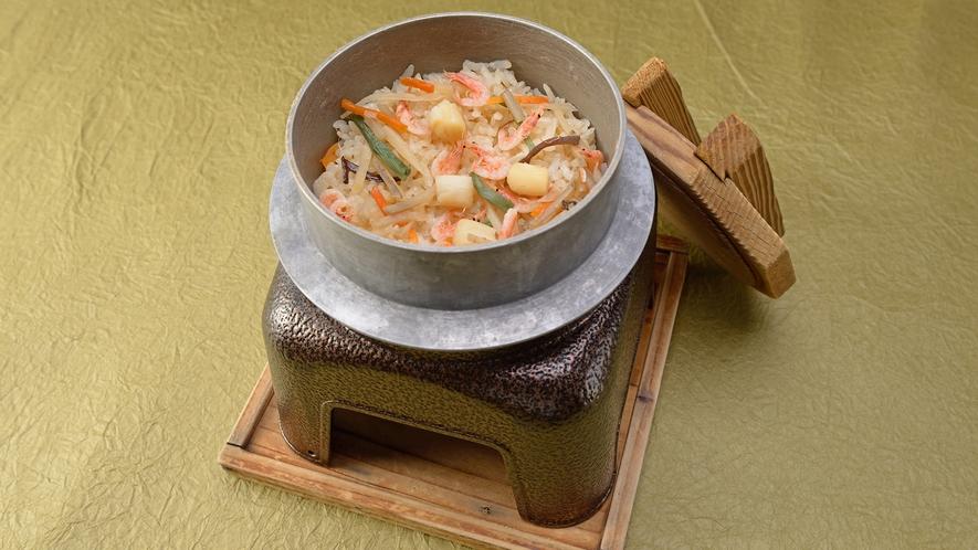 *【夕食一例】スタンダード会席/釜飯。旬の食材が詰まったほくほくの釜飯をお召し上がり下さい。