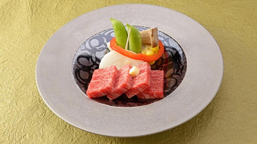 *【夕食一例】おふるまい会席/黒毛和牛サーロイン鉄板焼き。ぎゅっと詰まった旨みに舌鼓。