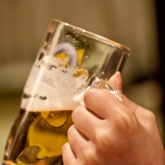 夜はレストランでビールを