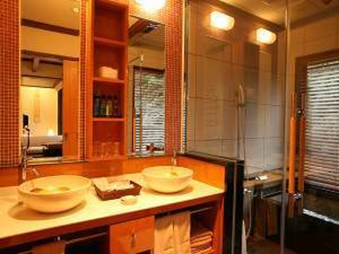 洗面台は二つあるのでお化粧やドライヤーなどゆったり使えます。