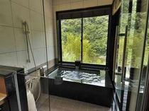 サンテラスタイププライベート温泉一例 渓流を眺めながらゆっくりと